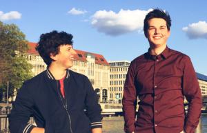 Daniel (links) und Torben entwickeln Apps für die junge Lebenswelt. (Bildnachweis: VMPROVE)